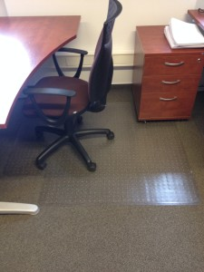 zniszczona wykładzina biurowa